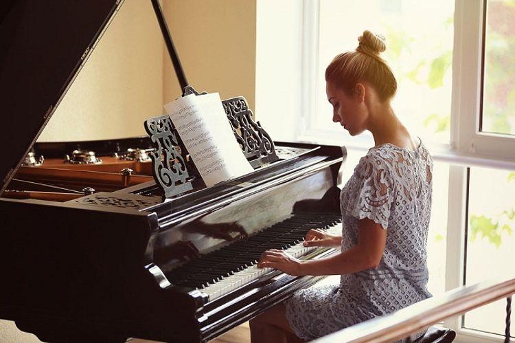 Sürpriz pianino müəlliməsi - Hekayə