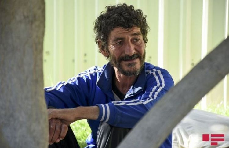 """Küçədə yandırılan bomj: """"İnsanlardan kömək istəmirəm"""" - Reportaj"""