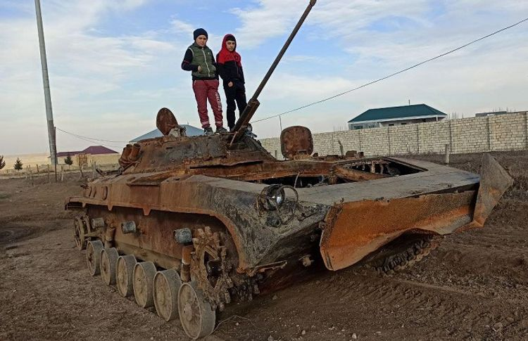 Minanı oyuncaq sayan, düşmən tankı ilə şəkil çəkdirən müharibə uşaqları – Tapqaraqoyunludan yazırlar...